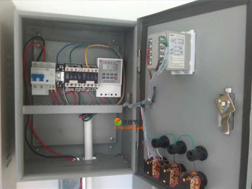 2000人美的空气能热泵热水工程项目电箱内部元器件